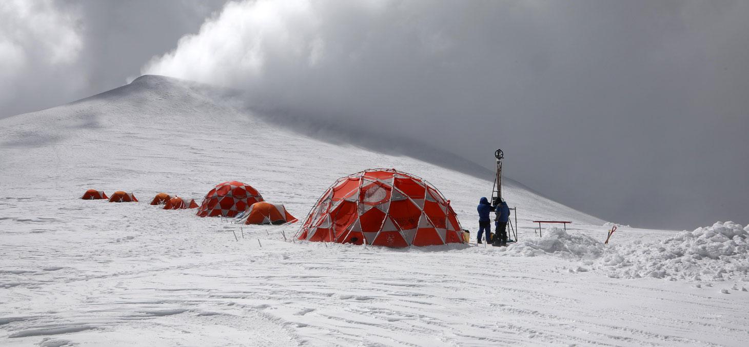 Scientists drilling at the summit camp  © Sarah Del Ben / Wild Touch / Fondation Université Grenoble Alpes