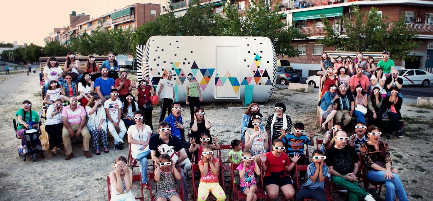 Neighbours enjoy Madrid's outdoor Cinema Usera © Todo por la Praxis