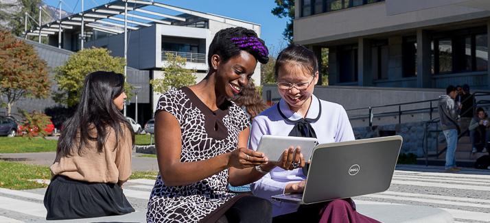 Deux étudiantes devant la bibliothèque universitaire