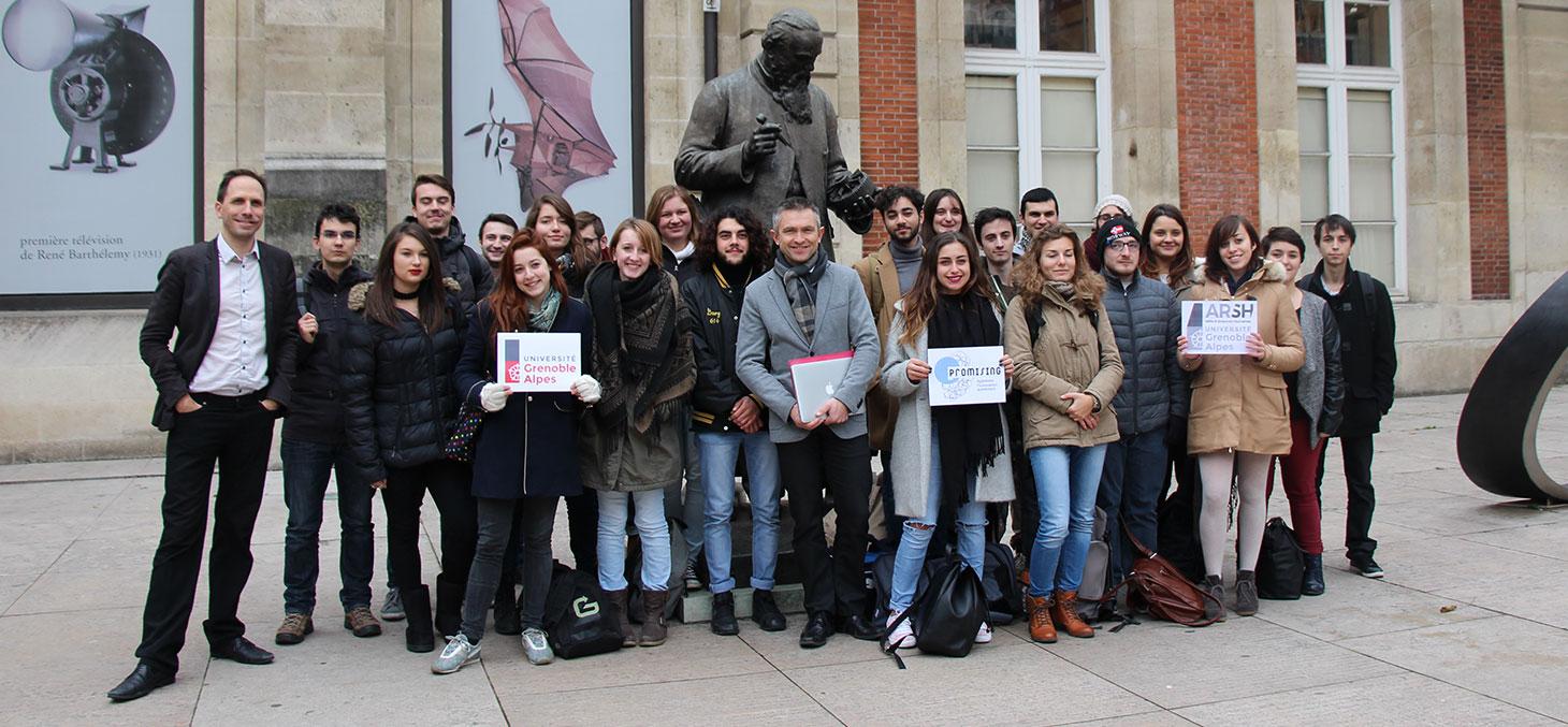 Les étudiants posent devant le Musée des arts et métiers © Promising