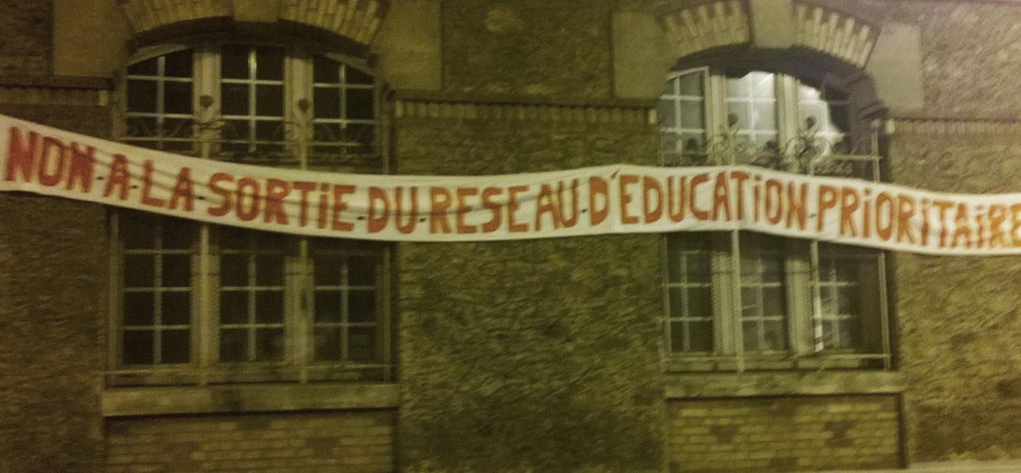 Banderole sur une école à Paris, quartier de Belleville en 2014 © Denis Bocquet / Flickr, CC BY