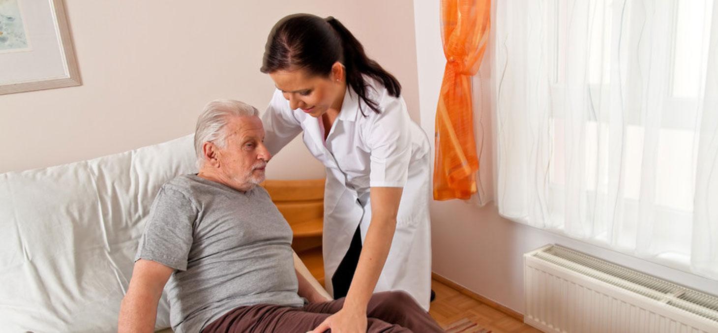 Des tensions excessives dans l'exercice de son métier peuvent être source de troubles musculo-squelettiques. Ici une infirmière aide un homme âgé à se lever © Lisa S / Shutterstock