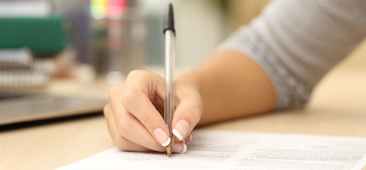 Une étudiante remplit un dossier de candidature