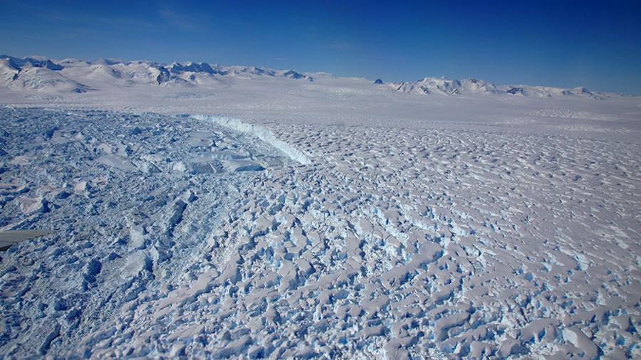 Front de vêlage du glacier Flemming qui nourrissait la plateforme de Wordie avant qu'elle ne se démantèle à la fin des années 1980 (vol NASA IceBridge du 17 novembre 2011). © Institute of geography, Matthias Braun