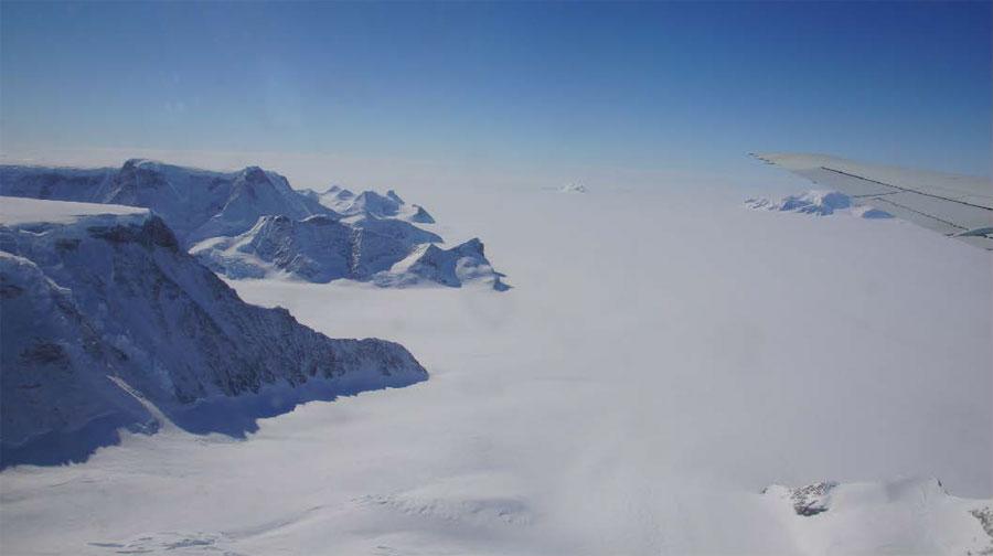 Plateforme du Larsen C vue depuis la péninsule Antarctique (vol NASA IceBridge du 17 novembre 2011). © Institute of geography, Matthias Braun - CP LGGE Gaël Durand 2016