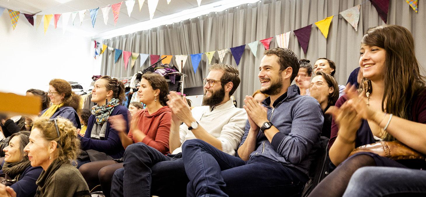 Le public lors d'une pièce de théâtre à l'Université Grenoble Alpes