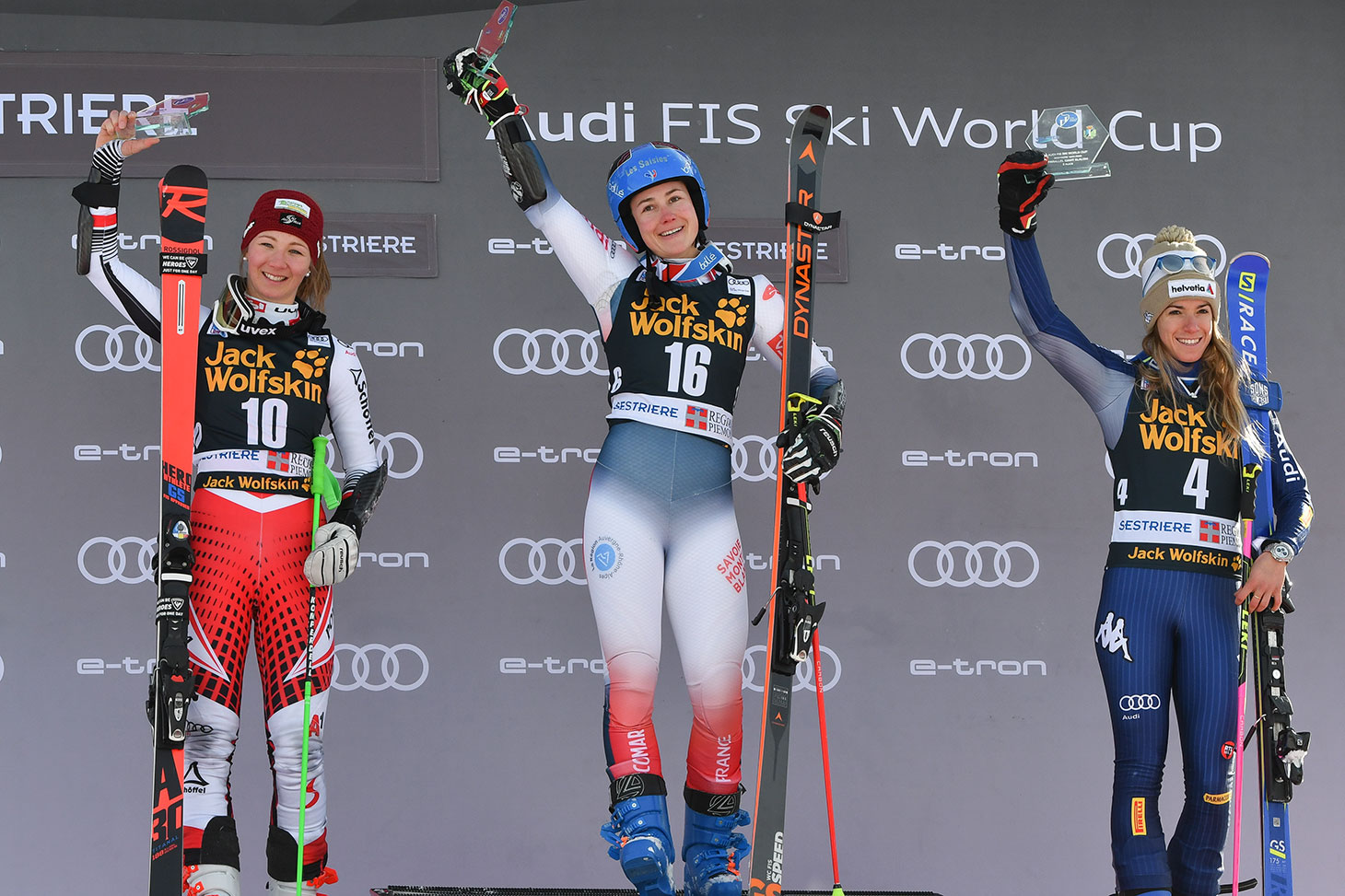 Le 19 janvier 2020 à Sestrières, Clara Direz monte sur la première marche du podium de la coupe du monde de ski alpin dans l'épreuve du slalom géant parallèle © Shutterstock