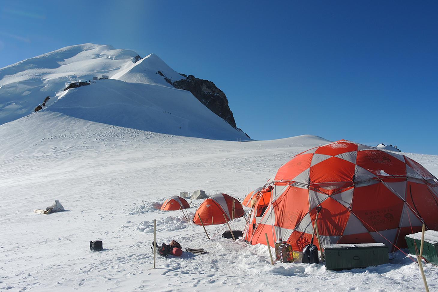 Carottage profond au col du dôme du Goûter (4 250 m) lors de l'opération Ice Memory en 2016. © Christian Vincent, IGE