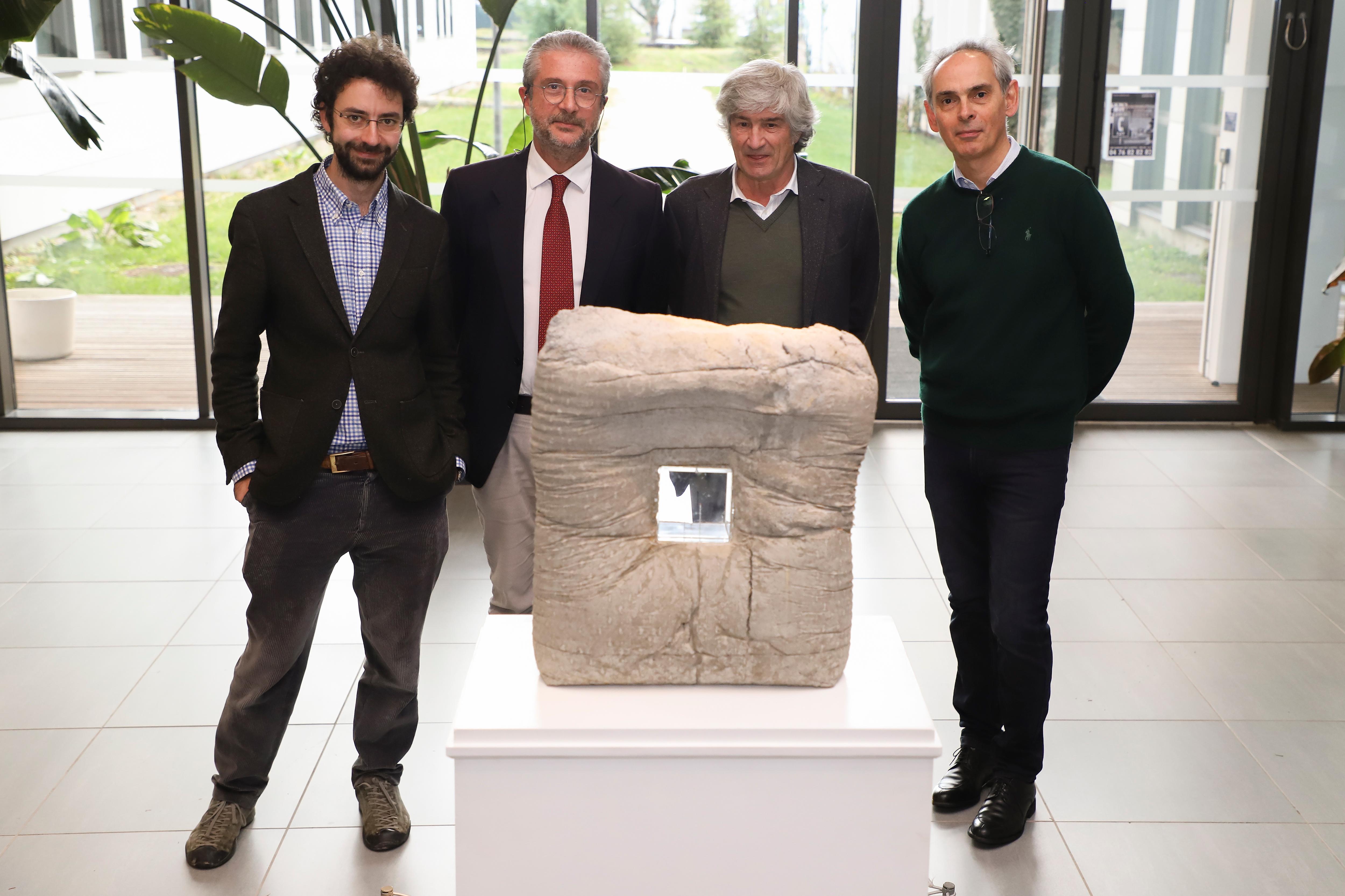 Giuseppe Penone entouré des chercheurs Edward Andò, Cino Viggiani et Joël Chevrier