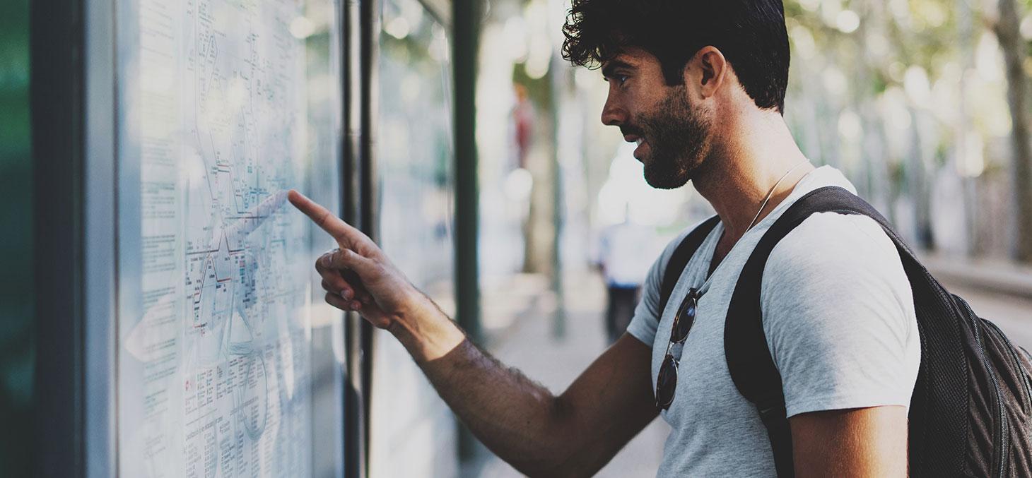 Un étudiant devant une carte