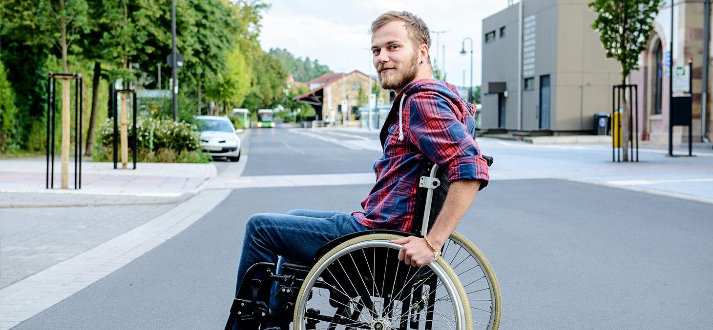 Un étudiant en fauteuil roulant