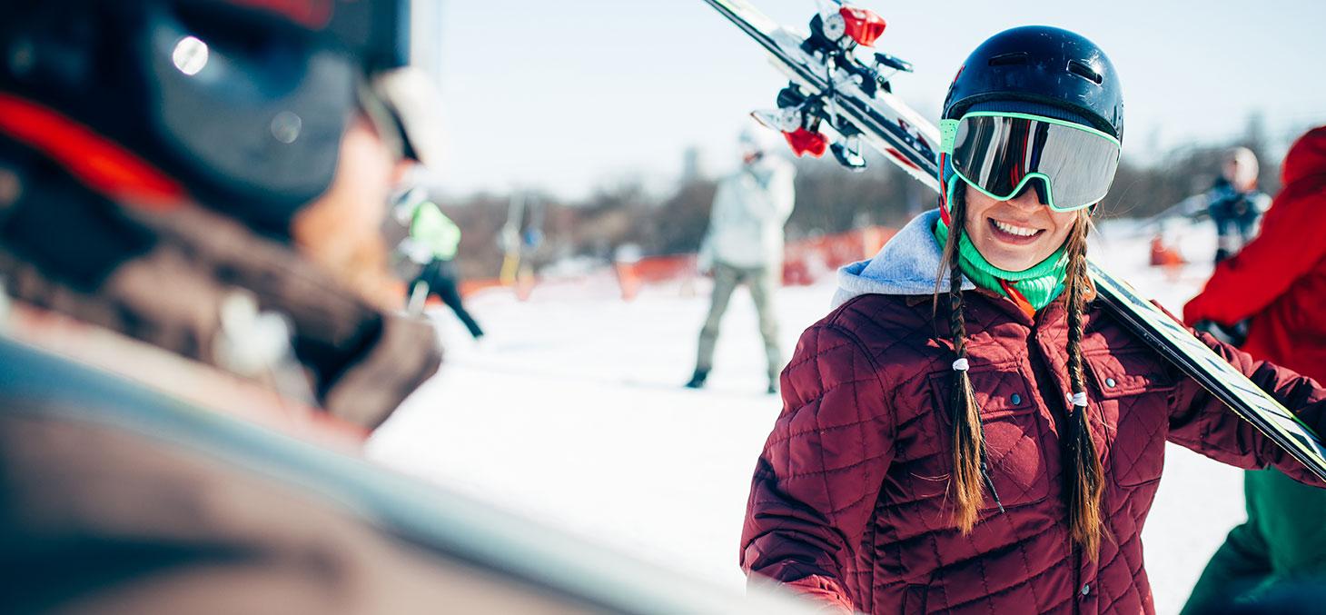 Une étudiante pratique le ski