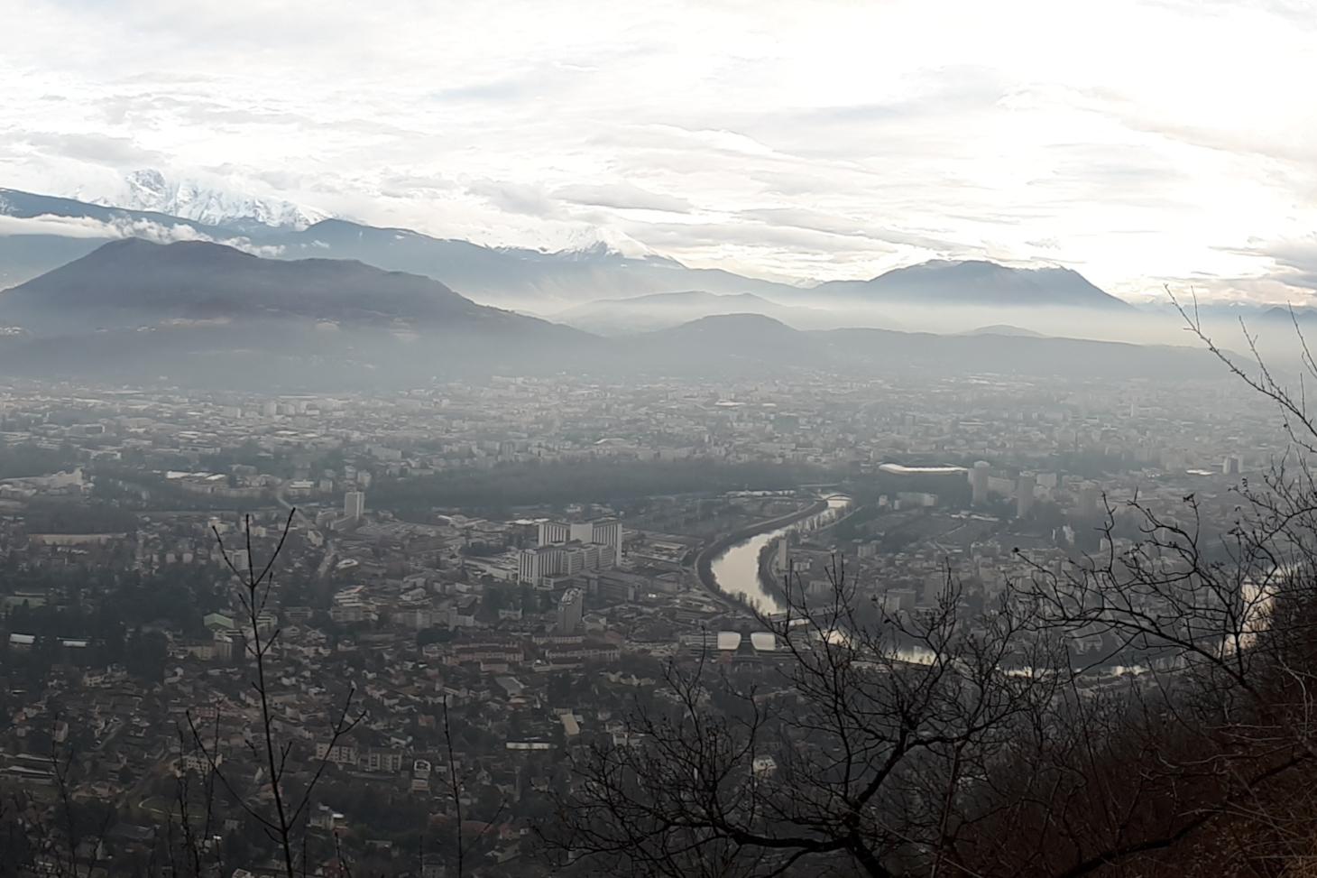 ©IRD - Gaëlle Uzu (Inversion de température au-dessus de la ville de Grenoble, qui plaque les polluants au sol)