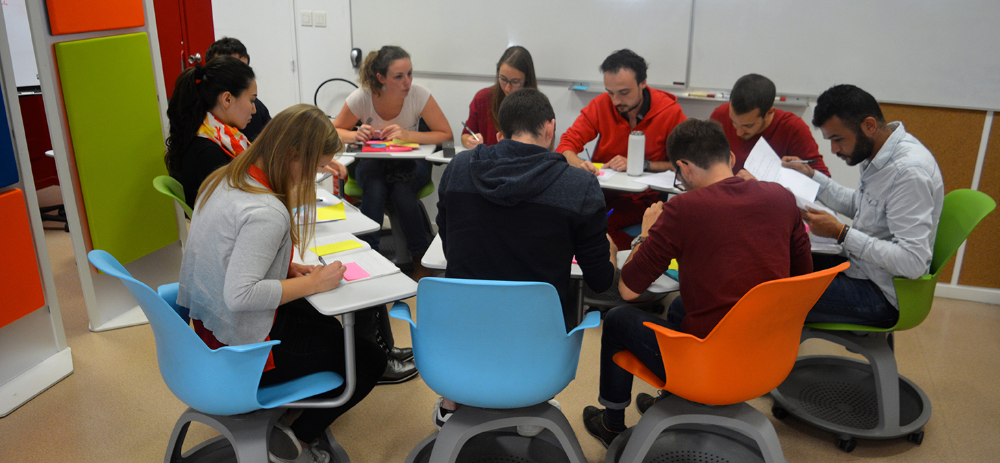 Étudiants travaillant en groupe projets