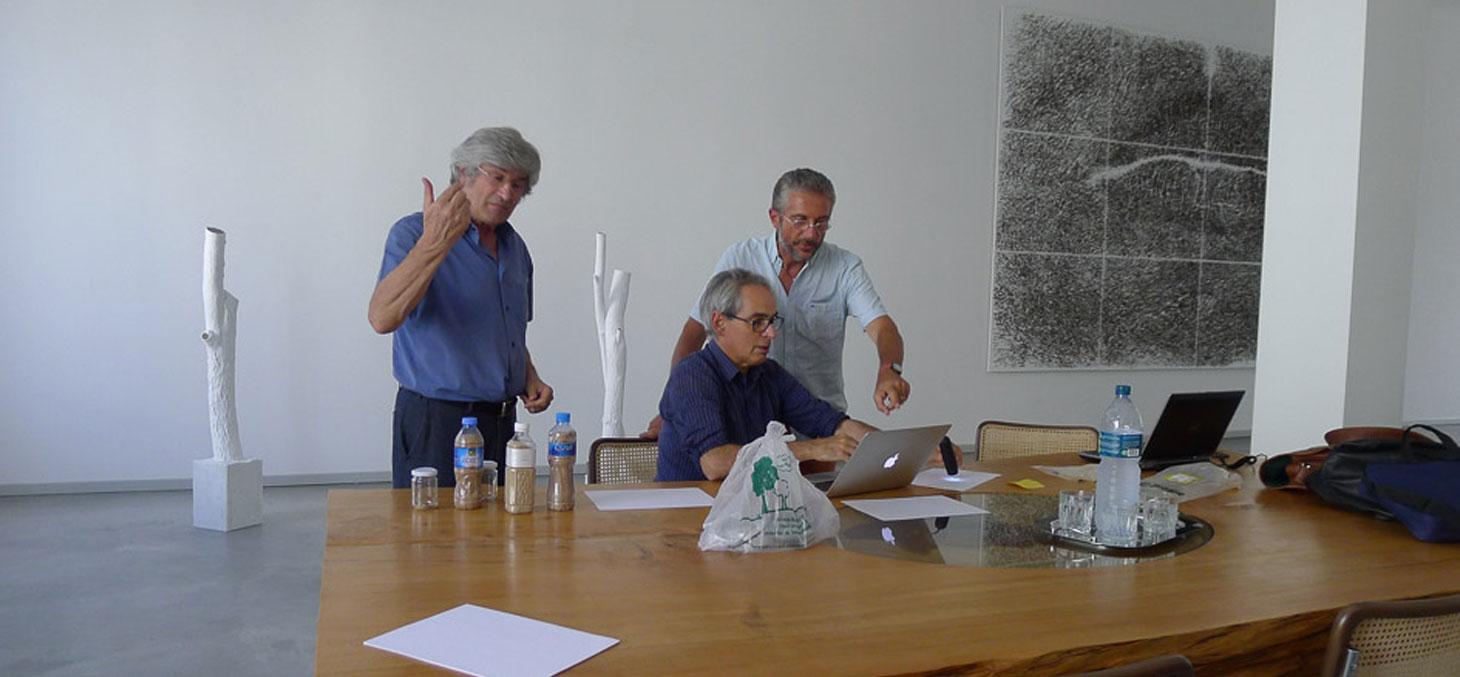 Giuseppe Penone, Joël Chevrier et Cino Viggiani en pleine observation de grains de sable par microscopie optique dans l'atelier de l'artiste à Turin