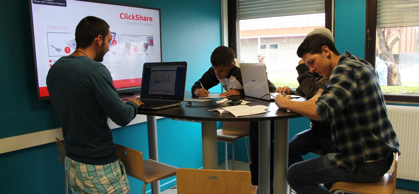 Depuis 2014, mise en place du dispositif de pédagogie inversée et de nouveaux espaces (« salles pédagogiques à environnement collaboratif et technologique » (PECT) et des « espaces collaboratifs »)
