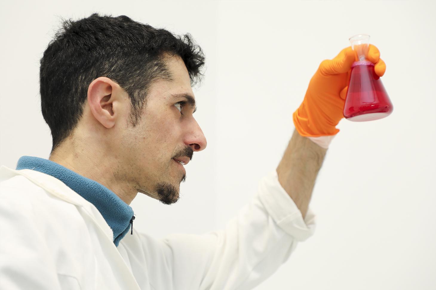 Un chercheur dans un laboratoire