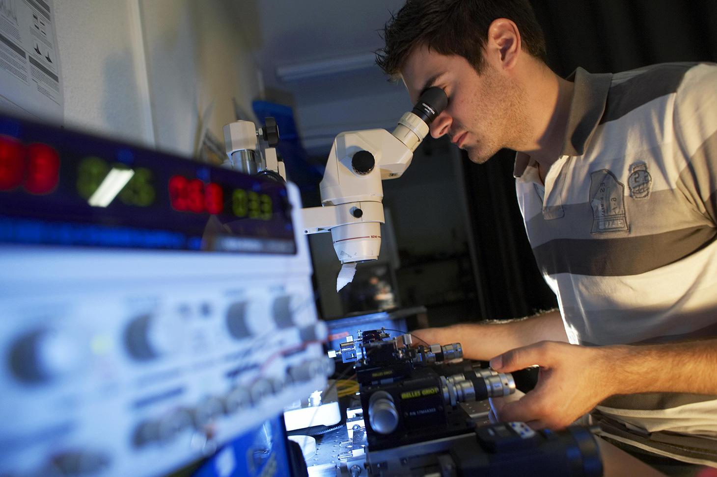 Un jeune chercheur dans un laboratoire