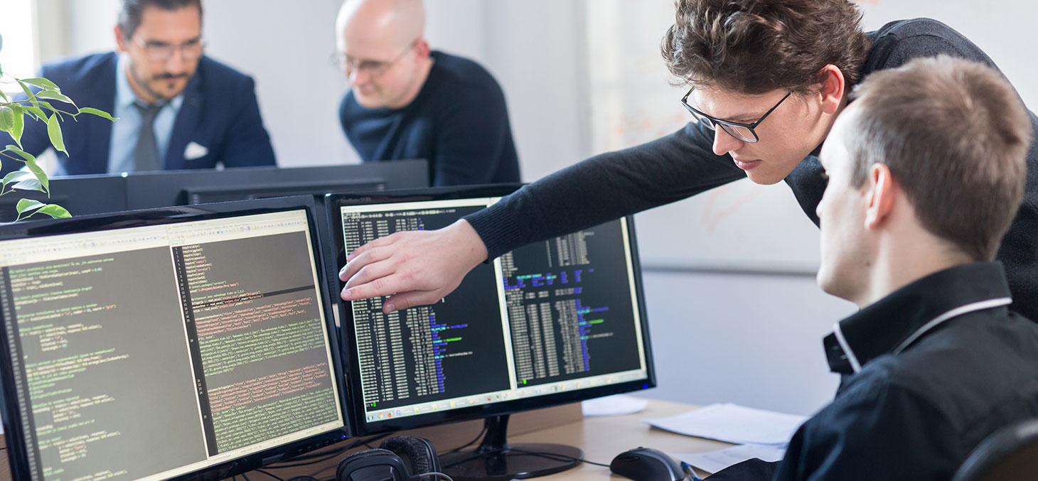 Deux chercheurs devant un écran d'ordinateur