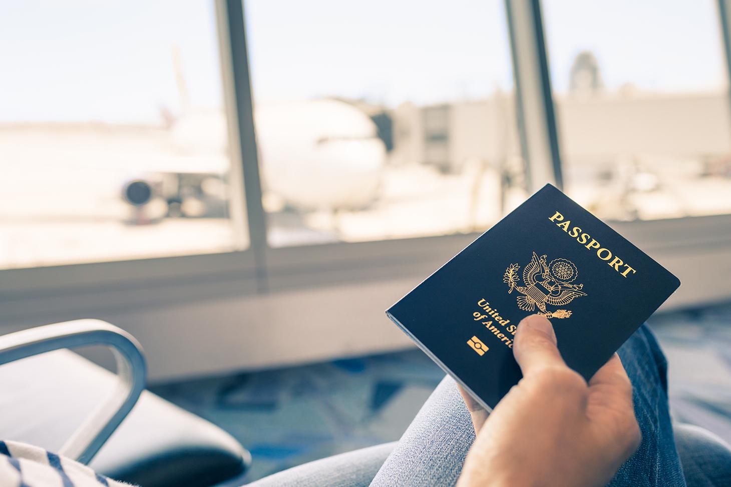 Un étudiant dans un aéroport