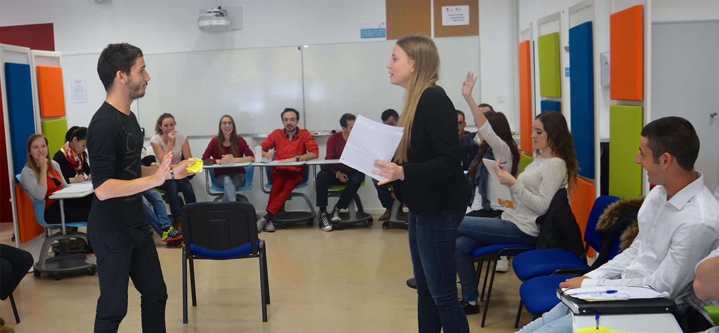 Les étudiants reconstituent le procès de Galilée, atelier mené par Gilles Montègre, enseignant d'histoire © Promising