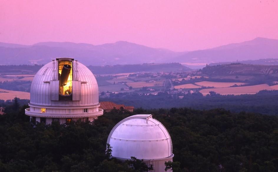 Observatoire de Haute-Provence. Le spectroscope Sophie (installé au télescope de 193 cm, au deuxième plan) a contribué à la détection et à la caractérisation du système exoplanétaire WASP-148. © OSU Pytheas / CNRS / AMU