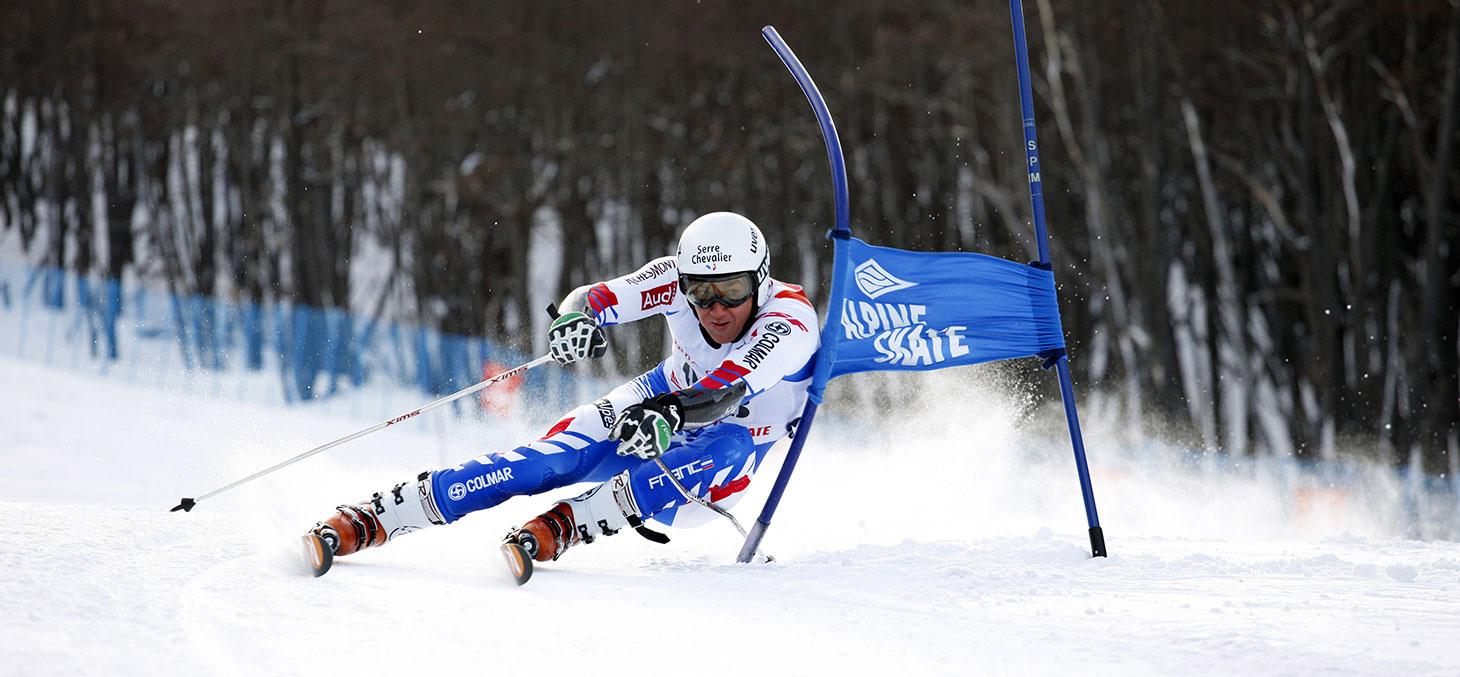 Skieur lors d'une compétition de slalom