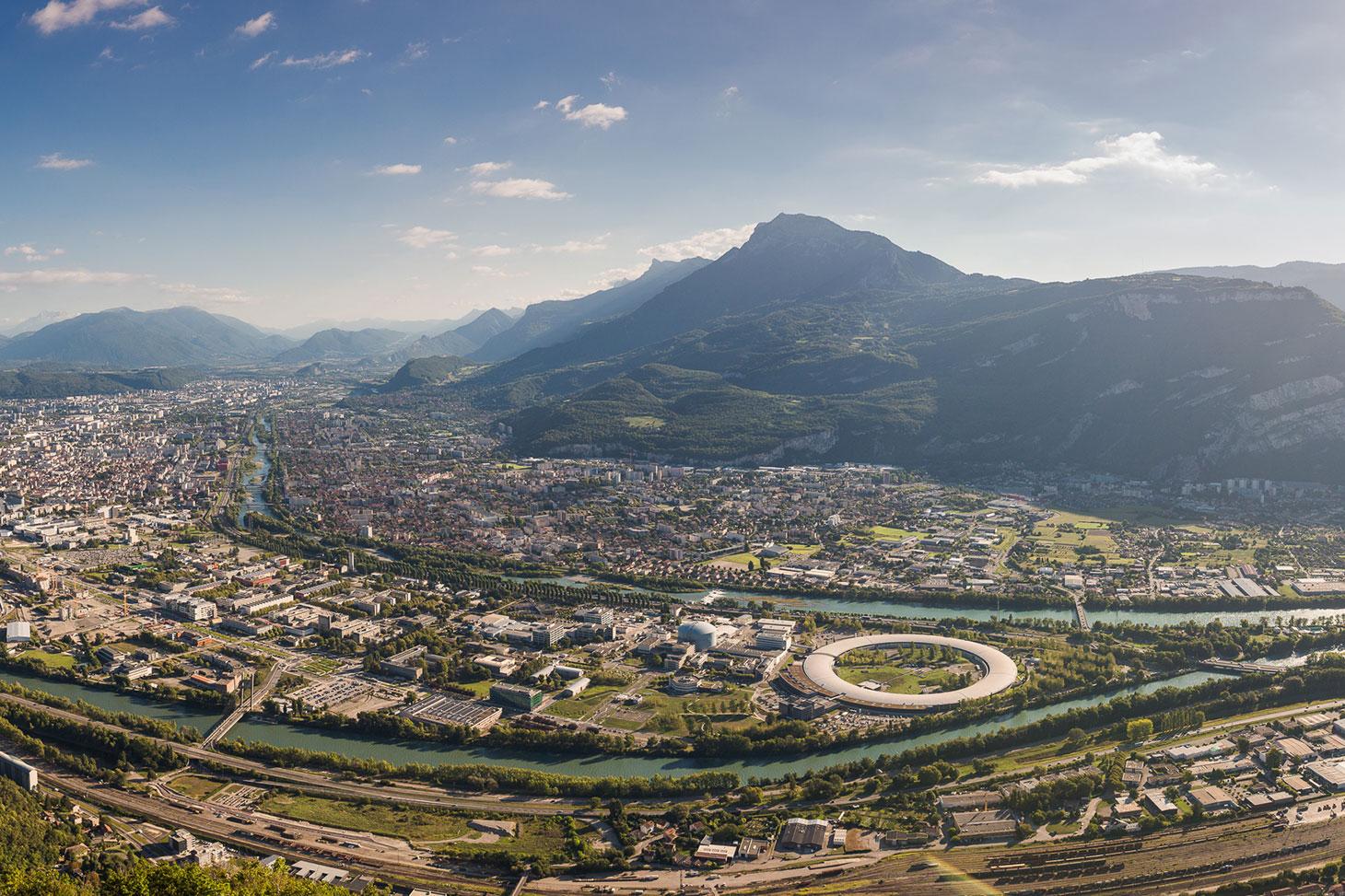 Vue de la presqu'île scientifique et du synchrotron de Grenoble © Pierre Jayet