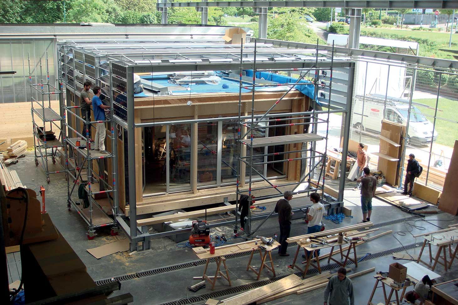 Travail de préfabrication du prototype Terra nostra par les étudiants aux Grands ateliers innovation architecture à Villefontaine © ENSAG