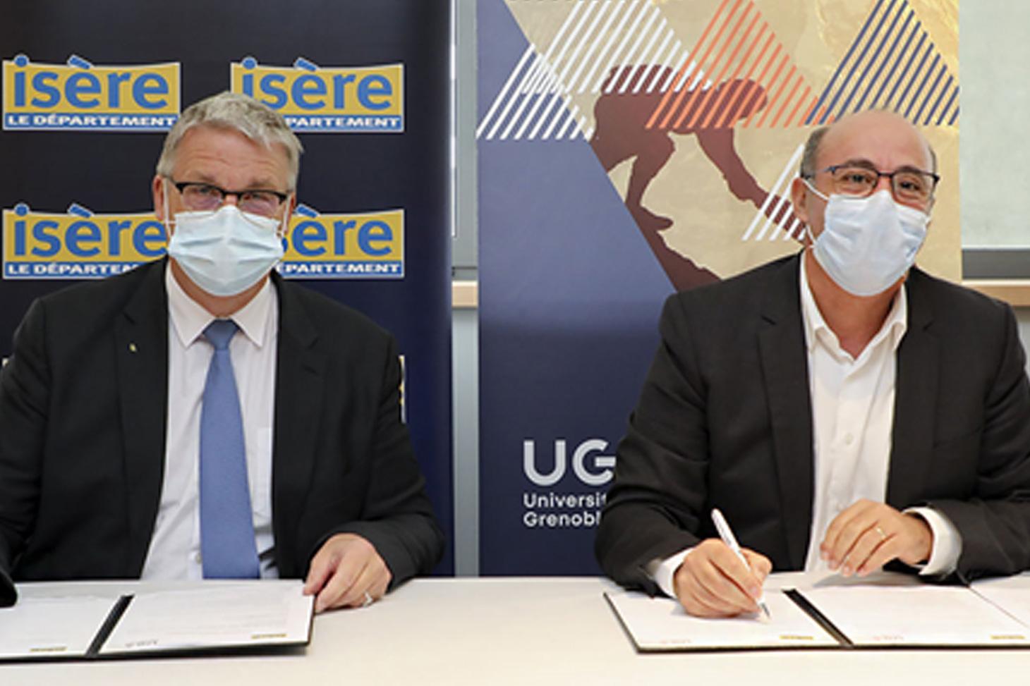 Jean-Pierre Barbier, Président du Conseil départemental de l'Isère et Yassine Lakhnech, Président de l'Université Grenoble Alpes lors de la signature de la convention le 16 octobre 2020.