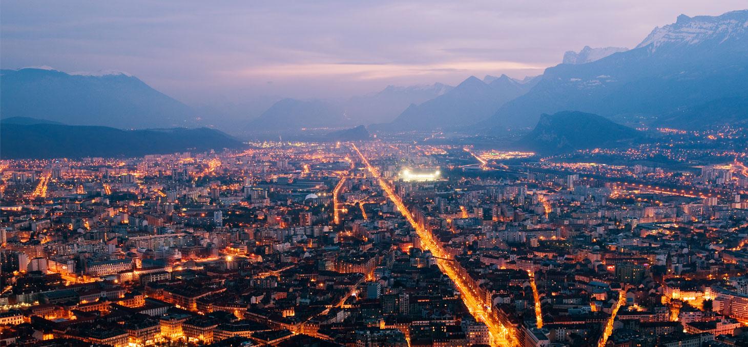 Vue nocturne de la ville de Grenoble