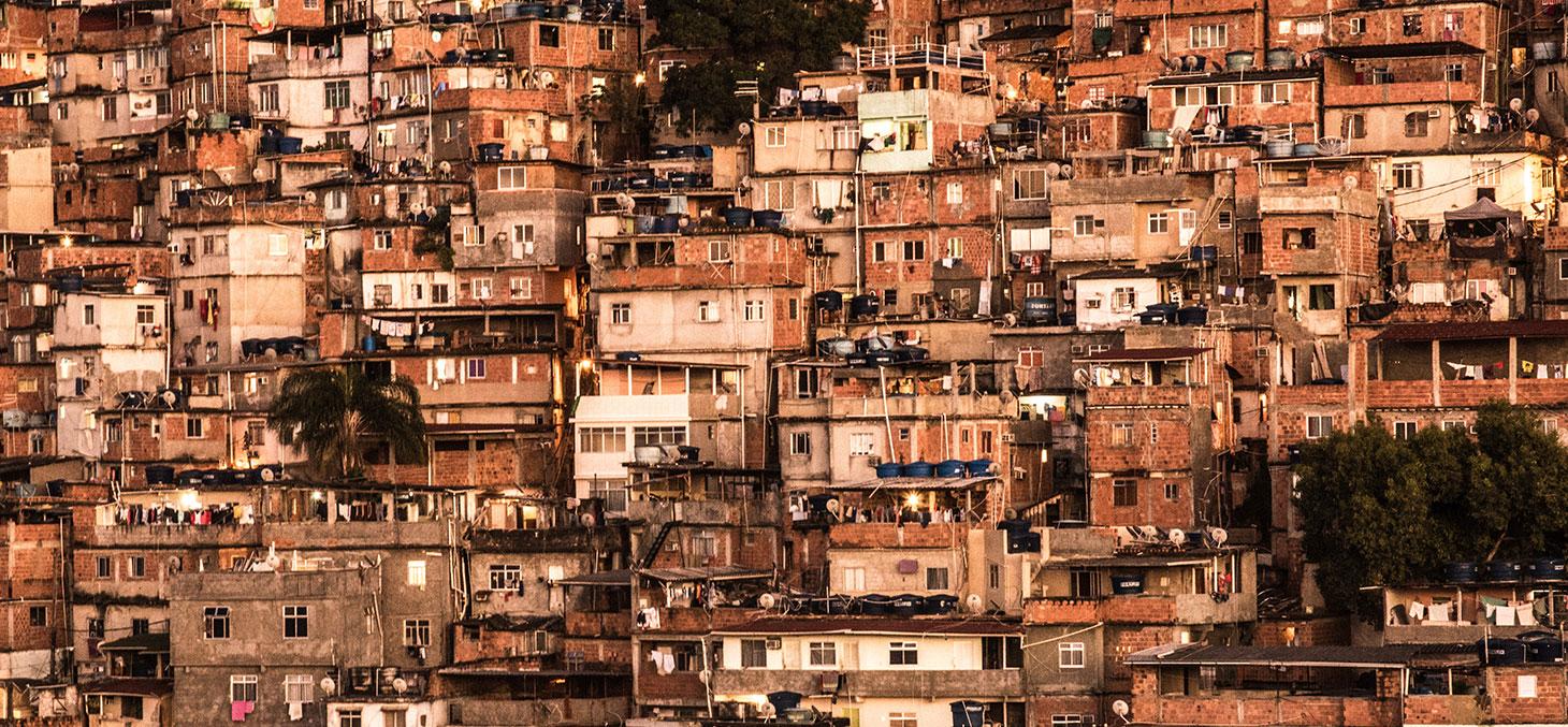 Favela à Rio. Faute de budget public, l'accès à la pratique sportive risque d'en souffrir cruellement. Chris Jones/Flickr, CC BY-NC